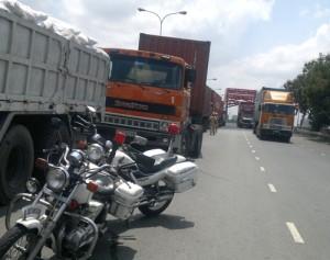 """Nhiều xe tải, container dừng đỗ hàng dài cả trên cầu để """"né"""" trạm cân. Ảnh: Quốc Thắng."""
